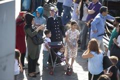 Ένα πλήθος των ανθρώπων στη ώρα κυκλοφοριακής αιχμής στην αποβάθρα Στοκ Εικόνες