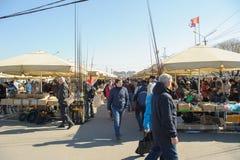 Ένα πλήθος των ανθρώπων στους στάβλους στην αγορά Yunona οδών στοκ φωτογραφία με δικαίωμα ελεύθερης χρήσης