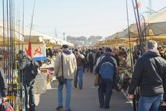 Ένα πλήθος των ανθρώπων στους στάβλους στην αγορά Yunona οδών στοκ φωτογραφία