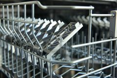 Ένα πλυντήριο πιάτων για τα πιάτα και τα μαχαιροπήρουνα κερδίζει χρόνο και τα χρήματα και το πλύσιμο των πιάτων είναι τώρα μια ευ Στοκ Εικόνες