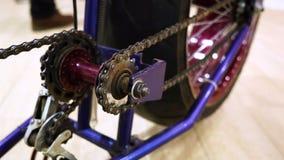 Ένα ποδήλατο με μια μεγάλη οπίσθια ρόδα, κινηματογράφηση σε πρώτο πλάνο αλυσίδων συστημάτων κίνησης φιλμ μικρού μήκους