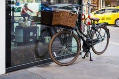Ένα ποδήλατο στέκεται στην οδό κοντά στον καφέ που στερεώνεται με μια κλειδαριά background city night street στοκ φωτογραφία με δικαίωμα ελεύθερης χρήσης