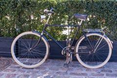 Ένα ποδήλατο σταθμεύουν στη στάση του στοκ φωτογραφία με δικαίωμα ελεύθερης χρήσης