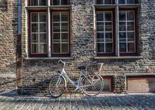 Ένα ποδήλατο στην αρχαία οδό στη Μπρυζ, Βέλγιο στοκ φωτογραφία