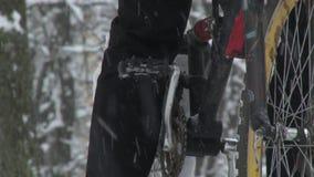 Ένα ποδήλατο Biking το χειμώνα χιονοπτώσεις απόθεμα βίντεο