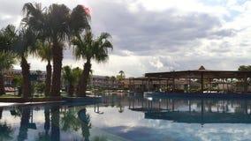 Ένα πολυτελές ξενοδοχείο στην πρώτη γραμμή της Ερυθράς Θάλασσας Μια μεγάλη πισίνα απόθεμα βίντεο