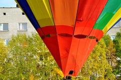 Ένα πολύχρωμο μπαλόνι Στοκ εικόνες με δικαίωμα ελεύθερης χρήσης