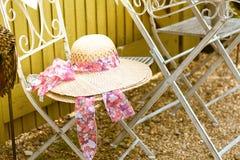 Ένα πολύ ελκυστικό καπέλο γυναικείου αχύρου σε ένα κάθισμα στοκ φωτογραφίες με δικαίωμα ελεύθερης χρήσης