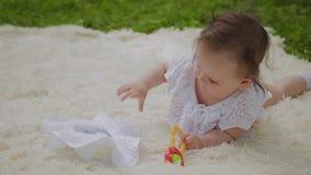 Ένα πολύ μικρό και όμορφο παιχνίδι κοριτσιών στο κάλυμμα στο πάρκο απόθεμα βίντεο