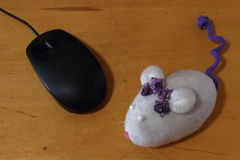 Ένα ποντίκι παιχνιδιών και ένα ποντίκι υπολογιστών Στοκ φωτογραφία με δικαίωμα ελεύθερης χρήσης