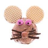 Ένα ποντίκι που γίνεται από το παγωτό στοκ εικόνα