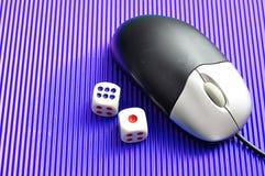 Ένα ποντίκι υπολογιστών και χωρίζει σε τετράγωνα την παρουσίαση on-line να παίξει Στοκ εικόνα με δικαίωμα ελεύθερης χρήσης