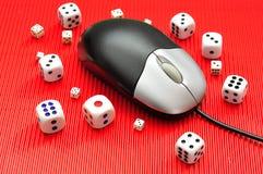 Ένα ποντίκι υπολογιστών και χωρίζει σε τετράγωνα την παρουσίαση on-line να παίξει Στοκ Φωτογραφίες