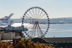 Ένα πορθμείο και waterwheel δίπλα στον κόλπο του Elliott στο Σιάτλ στοκ φωτογραφία με δικαίωμα ελεύθερης χρήσης