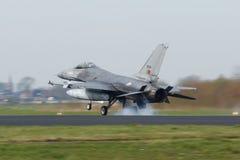 Ένα πορτογαλικό γεράκι πάλης F-16 που προσγειώνεται στη σημαία Frisian Στοκ εικόνα με δικαίωμα ελεύθερης χρήσης