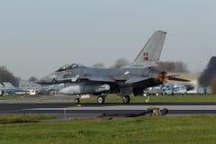 Ένα πορτογαλικό γεράκι πάλης F-16 στη σημαία Frisian Στοκ εικόνες με δικαίωμα ελεύθερης χρήσης