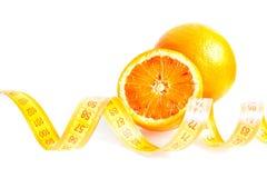 Ένα πορτοκαλί και μισό πορτοκάλι με το μέτρο ταινιών Στοκ Εικόνες