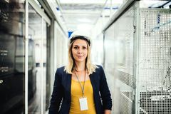 Ένα πορτρέτο ενός βιομηχανικού μηχανικού γυναικών που στέκεται σε ένα εργοστάσιο στοκ φωτογραφία με δικαίωμα ελεύθερης χρήσης
