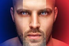 Ένα πορτρέτο ενός νέου σοβαρού ατόμου, στα του οποίου μάτια απεικονίζεται τις εθνικές σημαίες στοκ φωτογραφία με δικαίωμα ελεύθερης χρήσης