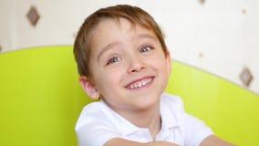 Ένα πορτρέτο ενός παιδιού που μιλά με την ευχαρίστηση και τη χαρά απόθεμα βίντεο