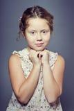Όμορφο κορίτσι με τη σγουρή τρίχα στο στούντιο Στοκ εικόνα με δικαίωμα ελεύθερης χρήσης