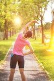 Ένα πορτρέτο μιας ασιατικής γυναίκας που κάνει την τεντώνοντας άσκηση Στοκ Φωτογραφία