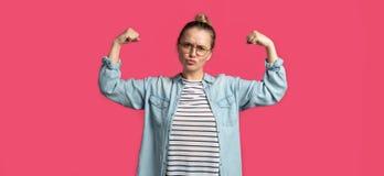 Ένα πορτρέτο της αστείας ισχυρής ισχυρής γυναίκας, που απομονώνεται στοκ εικόνα