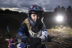 Ένα πορτρέτο του θηλυκού αναβάτη μοτοκρός στη διαδρομή Στοκ Φωτογραφία