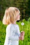 Χαμογελώντας μικρό παιδί με μια πικραλίδα Στοκ φωτογραφίες με δικαίωμα ελεύθερης χρήσης