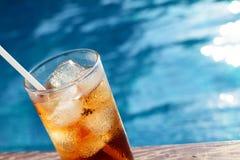Ένα ποτήρι της κόλας πάγου στη λίμνη με το εκλεκτής ποιότητας υπόβαθρο φίλτρων Στοκ εικόνα με δικαίωμα ελεύθερης χρήσης