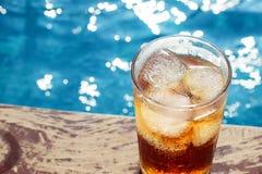 Ένα ποτήρι της κόλας πάγου στη λίμνη με το εκλεκτής ποιότητας υπόβαθρο φίλτρων Στοκ Εικόνες