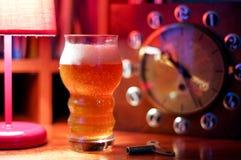 Ένα ποτήρι της μπύρας και ενός ρολογιού Ένα ποτήρι της μπύρας ξανθού γερμανικού ζύού Χόμπι στοκ εικόνες