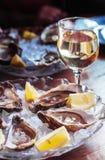 Ένα ποτήρι της μπύρας με τα αποξηραμένα ψάρια Ελαφριά μπύρα με Bullhead θάλασσας Γοβιός και μπύρα σε ένα σκοτεινό υπόβαθρο Στοκ Εικόνες