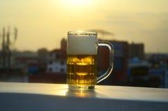 Ένα ποτήρι της μπύρας στον ήλιο Στοκ Εικόνα