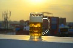 Ένα ποτήρι της μπύρας στον ήλιο Στοκ εικόνες με δικαίωμα ελεύθερης χρήσης
