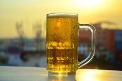 Ένα ποτήρι της μπύρας στον ήλιο Στοκ Εικόνες