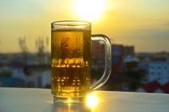 Ένα ποτήρι της μπύρας στον ήλιο Στοκ εικόνα με δικαίωμα ελεύθερης χρήσης