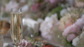 Ένα ποτήρι της σαμπάνιας σε ένα θολωμένο υπόβαθρο Έννοια εορτασμού φιλμ μικρού μήκους