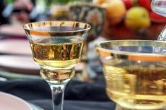 Ένα ποτήρι της σαμπάνιας στο γαμήλιο πίνακα στοκ εικόνες