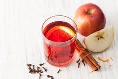 Ένα ποτήρι του θερμαμένου κρασιού με την τεμαχισμένες Apple και την κανέλα Στοκ Εικόνες