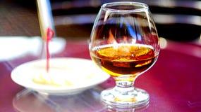 Ένα ποτήρι του κονιάκ με το λεμόνι στοκ εικόνα