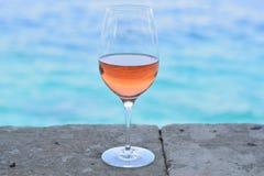 Ένα ποτήρι του κρασιού Rosé στον τοίχο πετρών Στοκ φωτογραφία με δικαίωμα ελεύθερης χρήσης