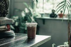 Ένα ποτήρι του κρύου κακάου βρίσκεται σε έναν πίνακα σε έναν καφέ 3 στοκ εικόνα
