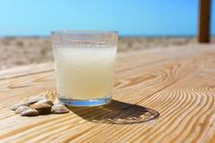 Ένα ποτήρι του νερού λεμονιών σόδας στην παραλία Στοκ Εικόνα