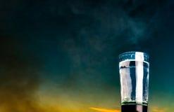 Ένα ποτήρι του νερού ενάντια σε έναν μπλε ουρανό Στοκ εικόνες με δικαίωμα ελεύθερης χρήσης