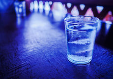 Ένα ποτήρι του νερού με τον πάγο, στον ξύλινο πίνακα Στοκ Εικόνες