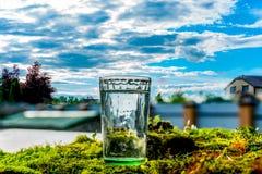 Ένα ποτήρι του νερού στο έδαφος Στοκ Εικόνες