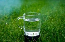 Ένα ποτήρι του νερού στο έδαφος Στοκ εικόνα με δικαίωμα ελεύθερης χρήσης