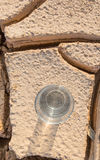 Ένα ποτήρι του νερού στο στεγνωμένο χώμα ΙΙ Στοκ Φωτογραφία
