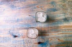 Ένα ποτήρι του ουίσκυ με τον πάγο στο αφηρημένο ξύλινο υπόβαθρο Στοκ φωτογραφία με δικαίωμα ελεύθερης χρήσης